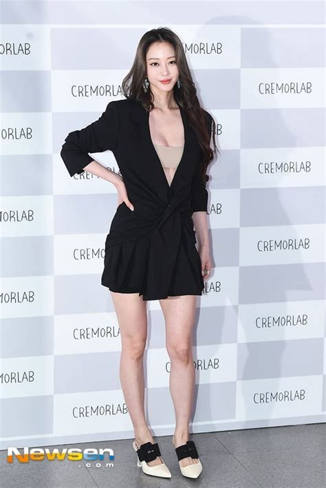 Han Ye Seul Drops Jaws With Her Deep V Outfit! | Daily K
